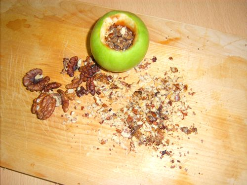 Засыпаем орехи в яблоко