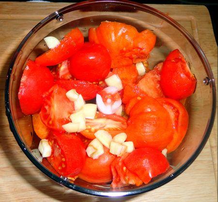 Очистите и порежьте помидоры и пару зубчиков чеснока