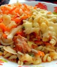 Макароны с тушенкой хорошо сочетаются с простым овощным салатом