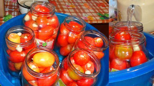 Закладываем помидоры в банки и заливаем кипятком