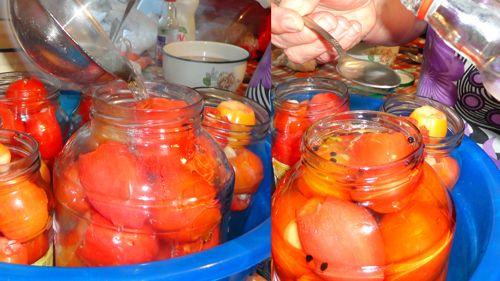 Заливаем помидоры маринадом и добавляем уксус