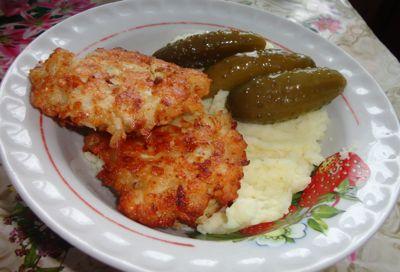Котлеты из курицы с картофельным пюре и огурчиками... ням :-)