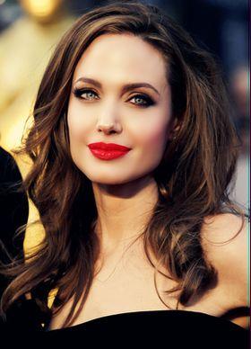 """Образ Анджелины Джоли в плане """"макияж-прическа"""" можно считать эталоном"""