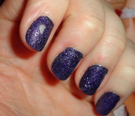 Внимание на ноготь указательного пальца