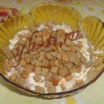 Быстрые салаты с сухариками: топ-10 рецептов