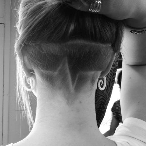 Татуировка из волос на затылке
