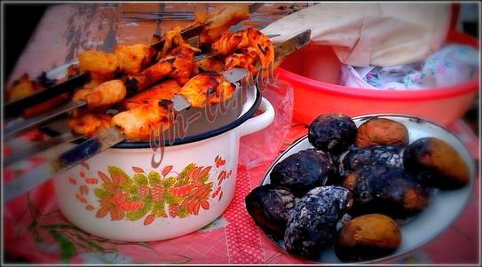 Нет ничего лучше, чем кушать вкусный шашлык на свежем воздухе в кругу родных :-)