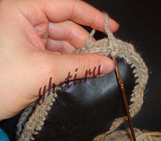 Продеваем крючок через обе детали, захватываем нить, протягиваем через детали, затем еще раз накидываем нить и протягиваем через две петли