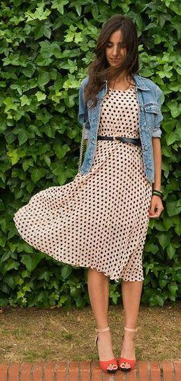 Платье в горошек с джинсовкой